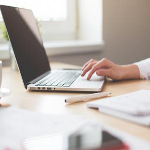 Copywriter escribiendo en una laptop
